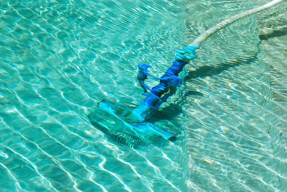 Nettayage de piscine avec balayeuse à perche