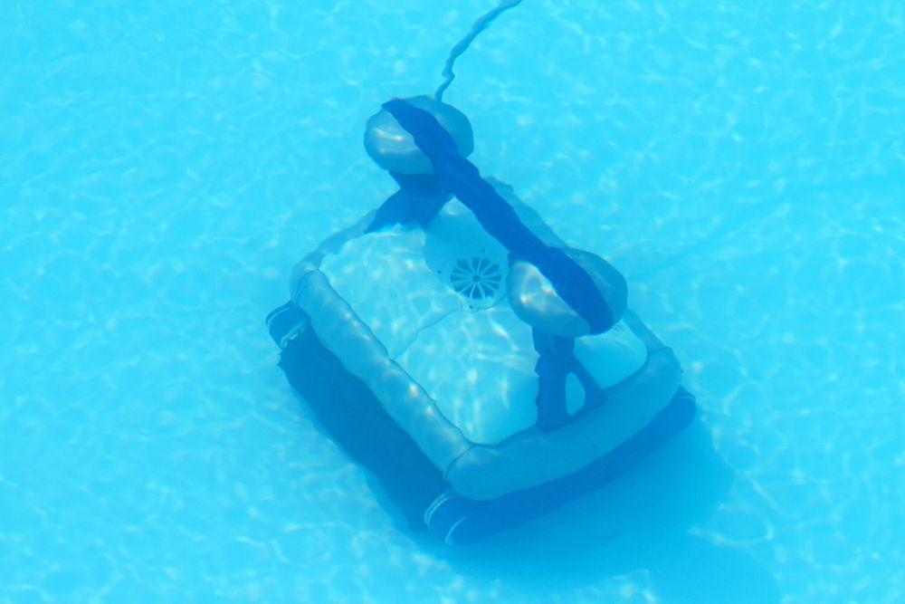 Nettoyage de piscine avec balayeuse robot électrique à succion