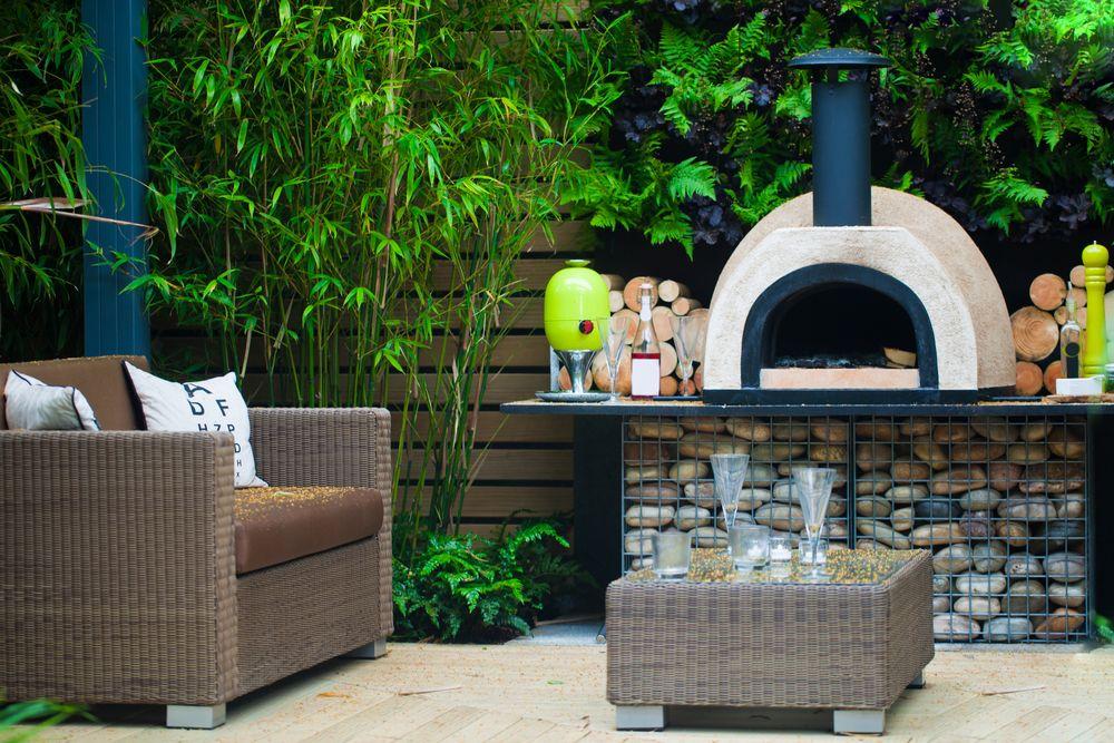 Terrasse avec barbecue style four a pain en céramique