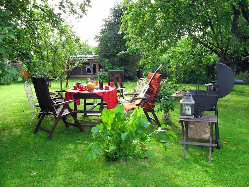 Barbecue en fonte sur terrasse dans millieu de cour