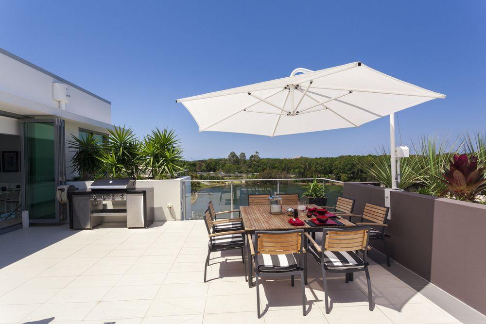 Barbecue de style moderne sur terrasse moderne