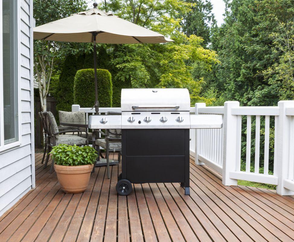 Barbecue classique au propane sur terrasse en bois