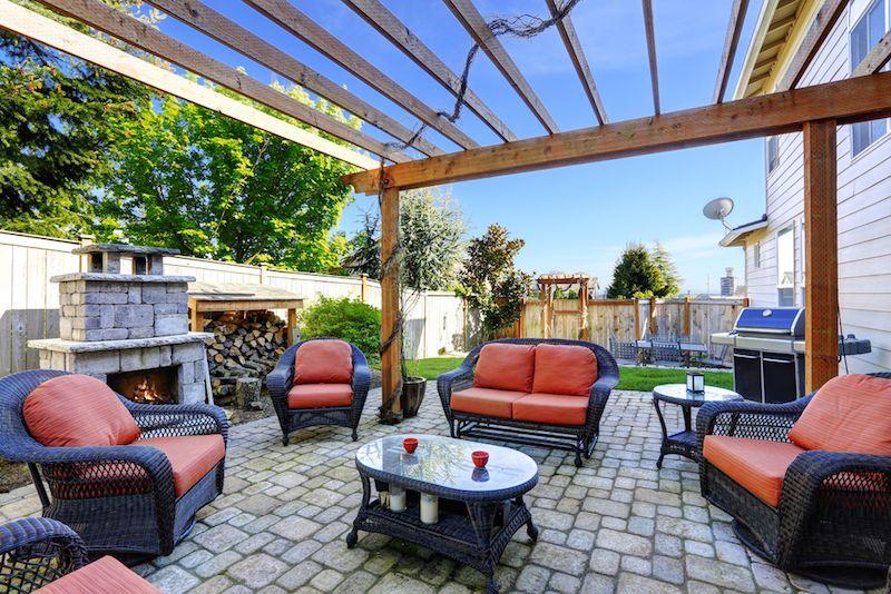 Barbecue en stainless sur terrase couverte d une pergolas avec superbe foyer en pierre Smiley face