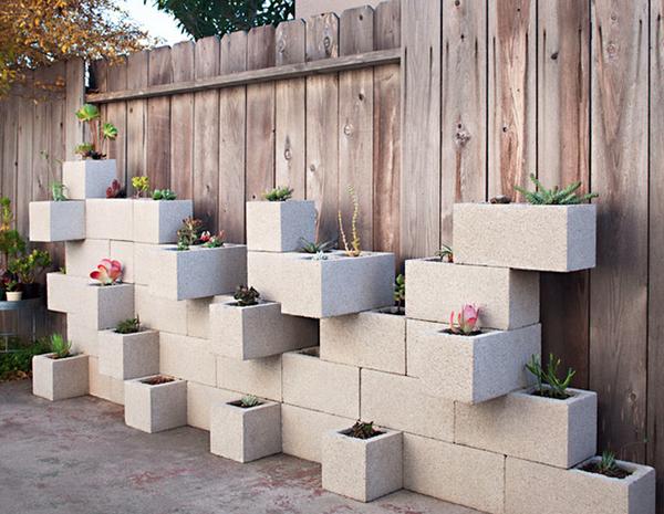 Astuce de décoration extérieur avec mur de fleur en bloc de béton