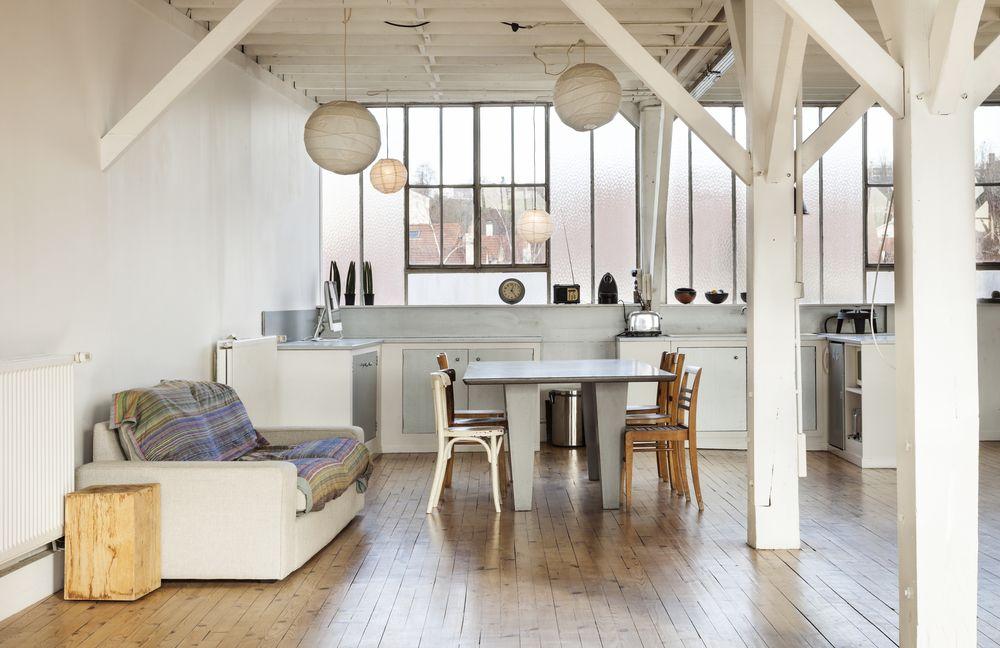 Petit coin cuisine salle à manger avec plafond bat optimisé en ouvrant le plafond pour aller chercher l'espace vide entre le plafond et le toit