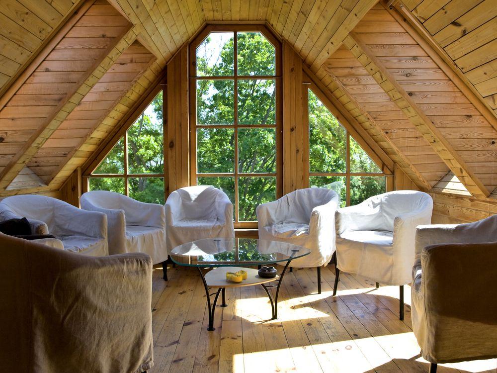 Salon avec plafond de bois en angle