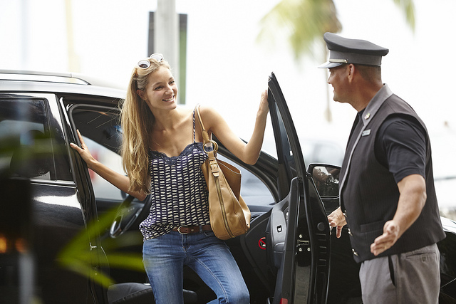 Employer valet parking acceuillant une dame