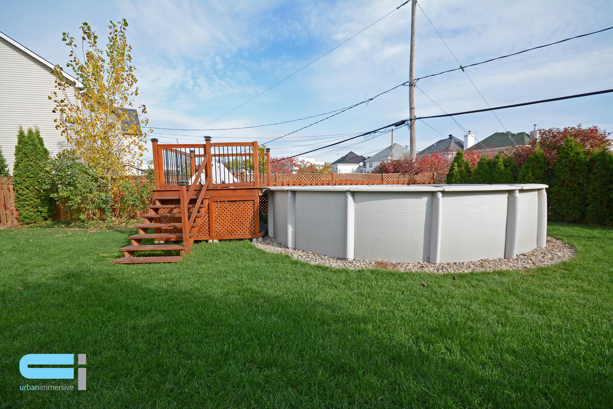 Piscine hors terre avec patio en bois
