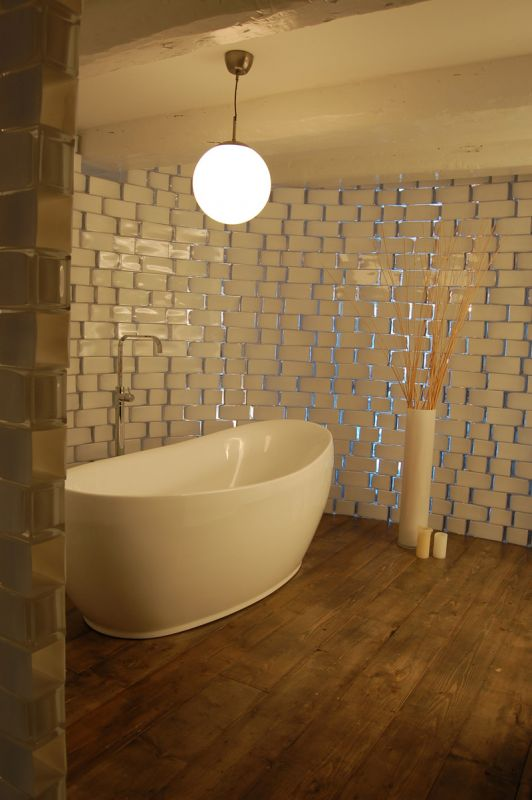 Salle de bain avec mur fait de vase IKEA pour créer une ambiance spa nordique