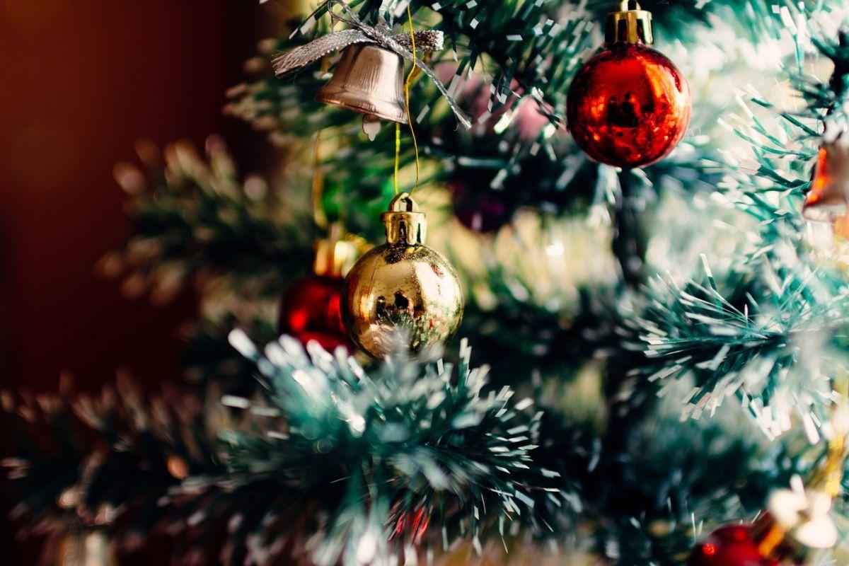 Image de décoration de Noël dans un sapin décoré