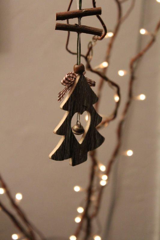 Image de guirlande de Noël dans un sapin décoré