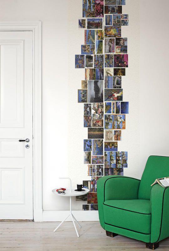 Petite section de mur du coin lecture décoré style mosaïque avec des cartes postales.
