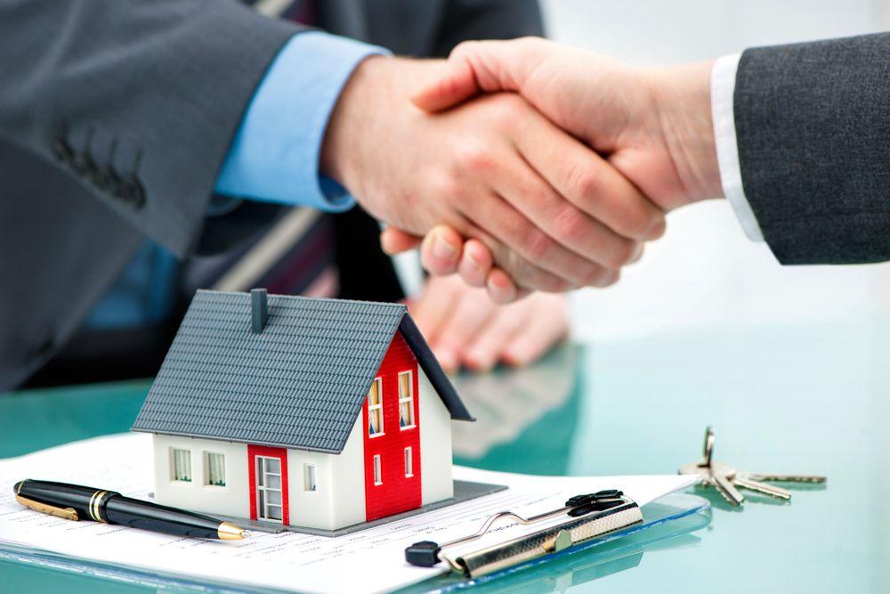 Poigner de main entre client et courtier symbolisant la signature d'un promesse d'acaht