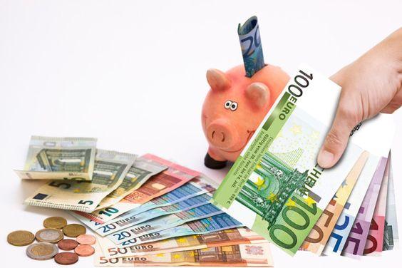 Image symbolisant l'économie avec une tire-lire en forme de cochon