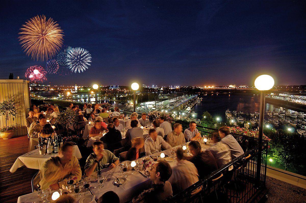 Terrasse d'un restaurant de Montréal donnant sur le fleuve St-Laurent lors des feux d'artifice Loto-Québec
