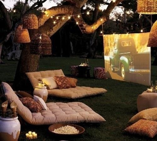 Cinéma extérieur dans la cour