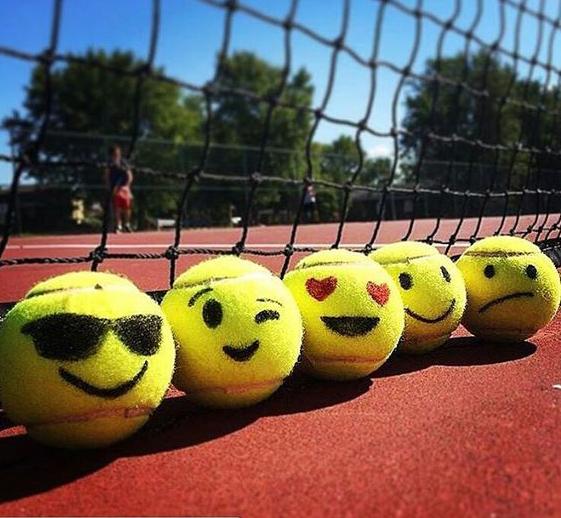 Balle de tennis sur court