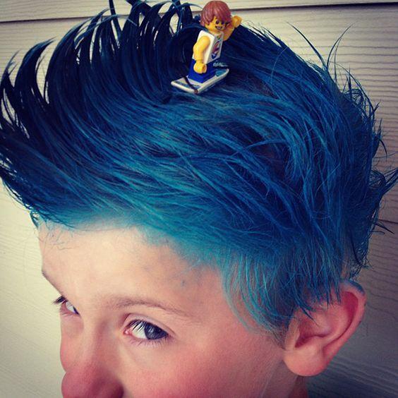 Enfant avec les cheveux teint en bleu pour un peu de folie avec les enfants pendant les vacances