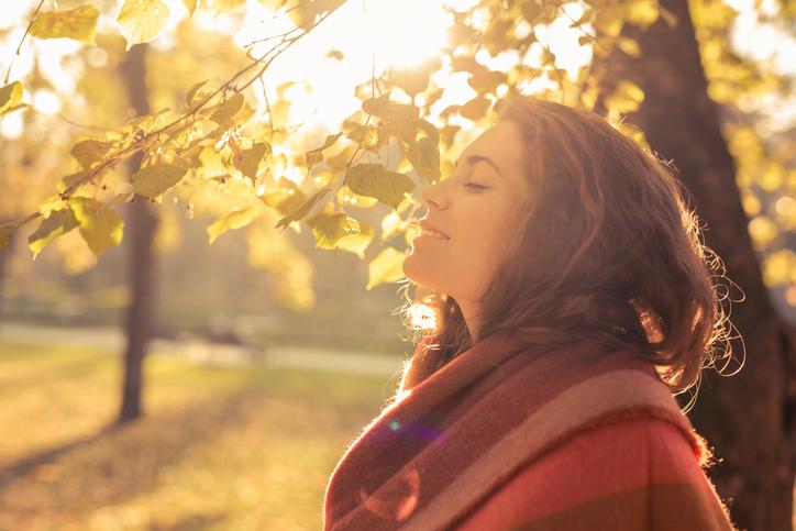 Femme qui respire le bon air d'automne en forest