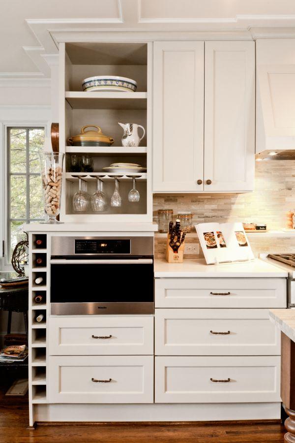 Jolie petit céllier encastré dans un meuble de cuisine