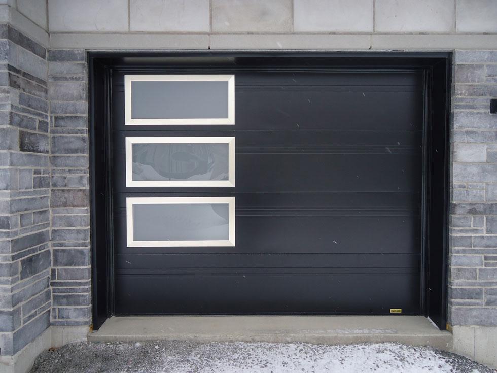 Porte de garage style classique avec encastrés de fenêtres.