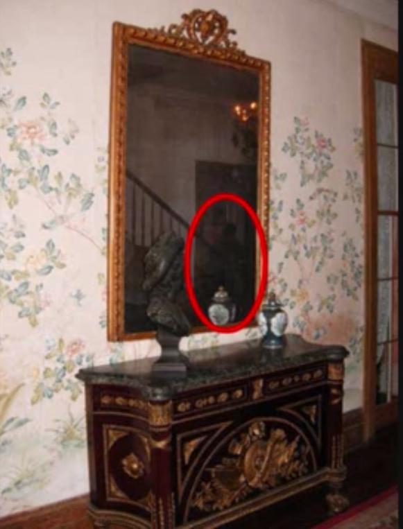 Un autre fantôme capture sur photo dans le reflet du mirroir