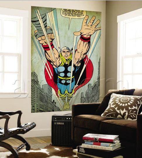 Salon de style étudiant avec affiche géantre de style super héro.