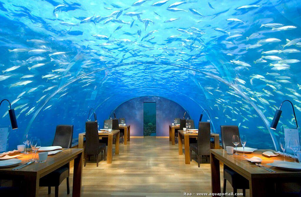 Salle à manger de restaurant sous l'eau