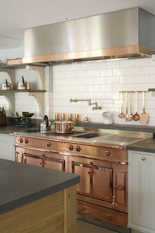 Cuisine avec accessoires, hotte et cuisinière en cuivre