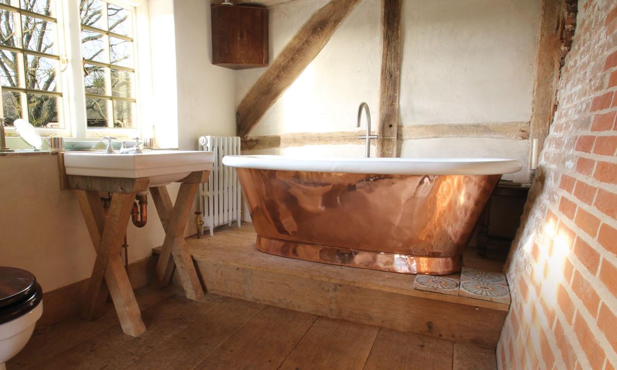Salle de bain avec bain en cuivre