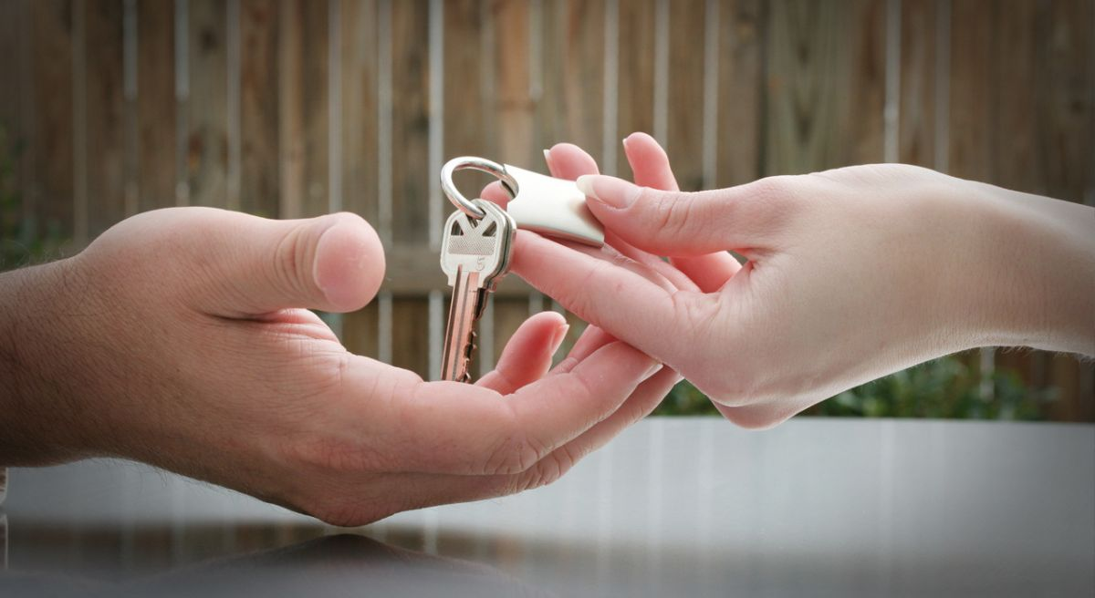 Remise de clé du notaire à un nouveau propriétaire