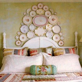 Tête de lit originale sur mur de chambre à coucher avec mur de couleur jaune Ochre Gold