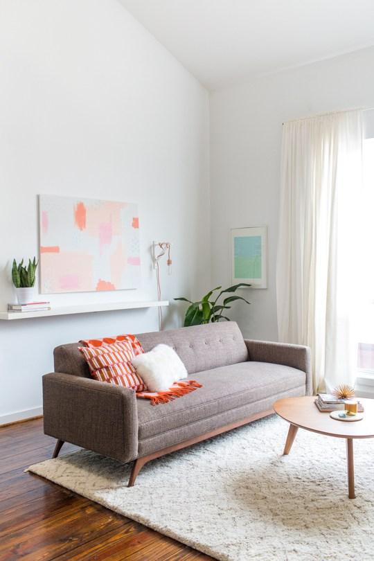 Salon avec décoration de style home staging épurée