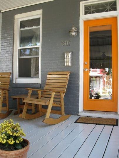 Porche de maison avec mur de brique grise
