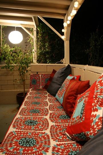 Porche de maison de brique avec divan rouge