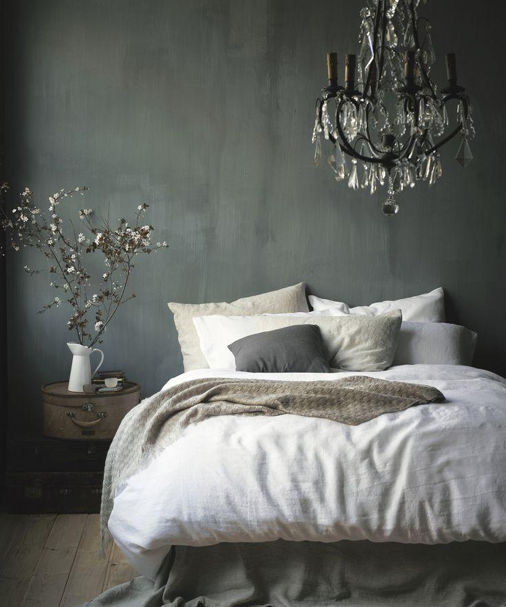 Chambre a coucher avec comme point centrale un magnifique lustre suspendue